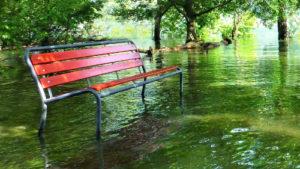 rote Parkbank im Hochwasser