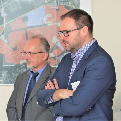 """Prof. Sick (links) und Herr Jursch stellten das """"Haus der energetischen Zukunft"""" vor"""