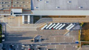 Luftbild eines Logisitkunternehmens mit Hallen und LKWs